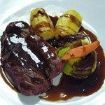 Bavette de bœuf Charolais, flan de petits pois, carotte, pomme de terre fondante, et compoté d'é