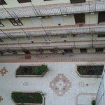 Widok na dziedziniec hotelowy