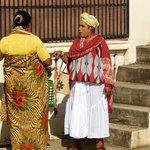 Conversations de Femmes dans la rue face au Chambres d'Hôtes