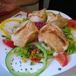 Schafskäse mit Salat als Vorspeise