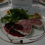 Vorspeise: Wildschweinterrine mit Preiselbeerconfit und Wildkreutersalat mit essbaren Blüten
