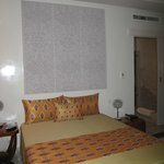 La chambre, spacieuse et bien agencée