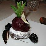 Dessert Cassissorbet mit Brownies
