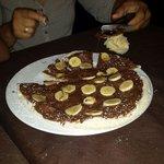 De postre pizza de Nutella y platano.