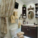 St. Jame's Park room bath