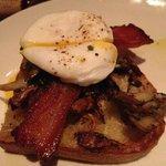 Oeuf poché, champignon, bacon maison sur toast grillé