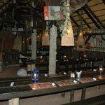 Sala interior com mesas corridas