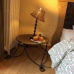 ベッドサイドのランプ(リンゴは持参品のおやつ)