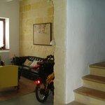 Recepción del hotel y escaleras de la gran casa