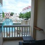 Balkon met uitzicht op zwembad