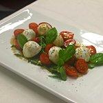Ciliegina di bufala campana con pomodorini, ruchetta ed emulsione balsamica