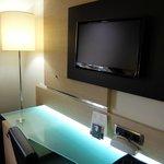 ホテル アポジア ニース ・・・清潔なガラステーブルと大きめな明るいスタンド