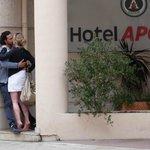 ホテル アポジア ニース ・・・入口奥には偶然に大胆なカップルが
