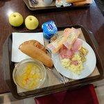 ホテル アポジア ニース ・・・朝食レストランで軽い朝食、チーズが旨い!