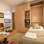 Salón con dos camas abatibles y cocina