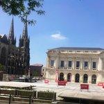place Travot, théâtre (hôtel Mercure) et église ND