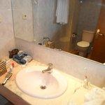 Lavabo con piano in marmo e specchio gigante