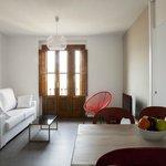 Salón con balcón y sofá cama doble