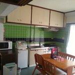 キッチン。食器類は平皿、スープカップ、グラス、包丁、まな板など一式揃ってました。