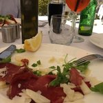 Almoço delicioso, bresaola parmiggiana / Delicious lunch, dried beef, rocket and parmiggiana che