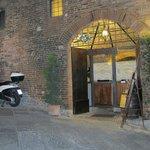 A entrada, meio escondida, nas ruas estreitas de Siena.