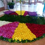 arrangement floral dans le hall pour la fête des fleurs
