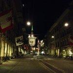 Torre e viale in notturna