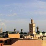Au loin la Koutoubia, et la mosquée de Bab Doukala au 1er plan