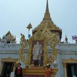 Entrance to Wat Traimit