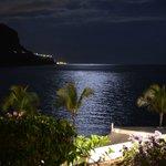 Nocne zdjęcie - może nie najwyższych lotów - otoczenia hotelu w kierunku oceanu. Bajkowe, prawda