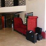 nos valises dans le hall désert !