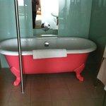 vasca rosa oltre alla doccia