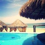 Vista a la playa desde la piscina principal