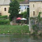 Photo de la terrasse prise du pont au dessus de la Vézère.