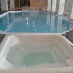 piscine intérieure + jacuzzi