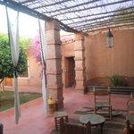 un petit patio devant le salon