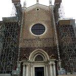 Fachada da igreja construída entre os séculos XIII e XIV, em fase de restauração.