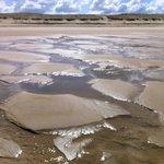 Quand l'océan s'associe à la plage pour créer une oeuvre éphémère...