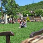 çimenlerde oturuken