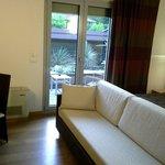 Ottimo divano e terrazzo riservatissimo.
