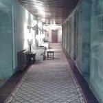 Vista interna de um dos corredores do hotel