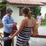 Хозяйка делится секретами мастерства по народным ремёслам (ткачеству)