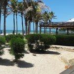 vista da praia e ao fundo do restaurante, durante o dia