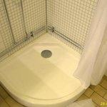 Duschtasse ist nicht hoch genug und schließt nicht an die Wand an. Rohre sichtbar verlegt.