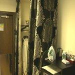 Als Schrank dient ein Vorhang.