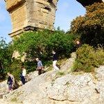 ポンデュガール・・・階段を降りる観光客の人々
