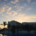 Sicht von Pool auf Hotelflügel