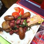 Salade Baïona - Mesclun, gésiers confits, toast de foie gras et confit de canard, pommes sautées