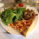 Grande assiette gourmande et sa tarte fondante aux 2 tomates et mozzarella.