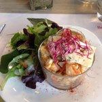 Salade croquante de chou chinois aux petits légumes, pommes et bleu d'Auvergne.